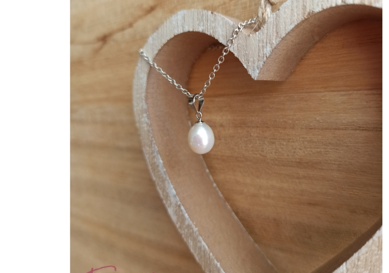 Pearl drop necklace in silver chain